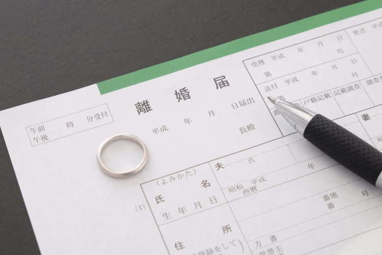 離婚届と結婚指輪