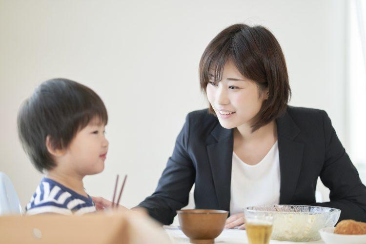 子どもの食事を見守る女性