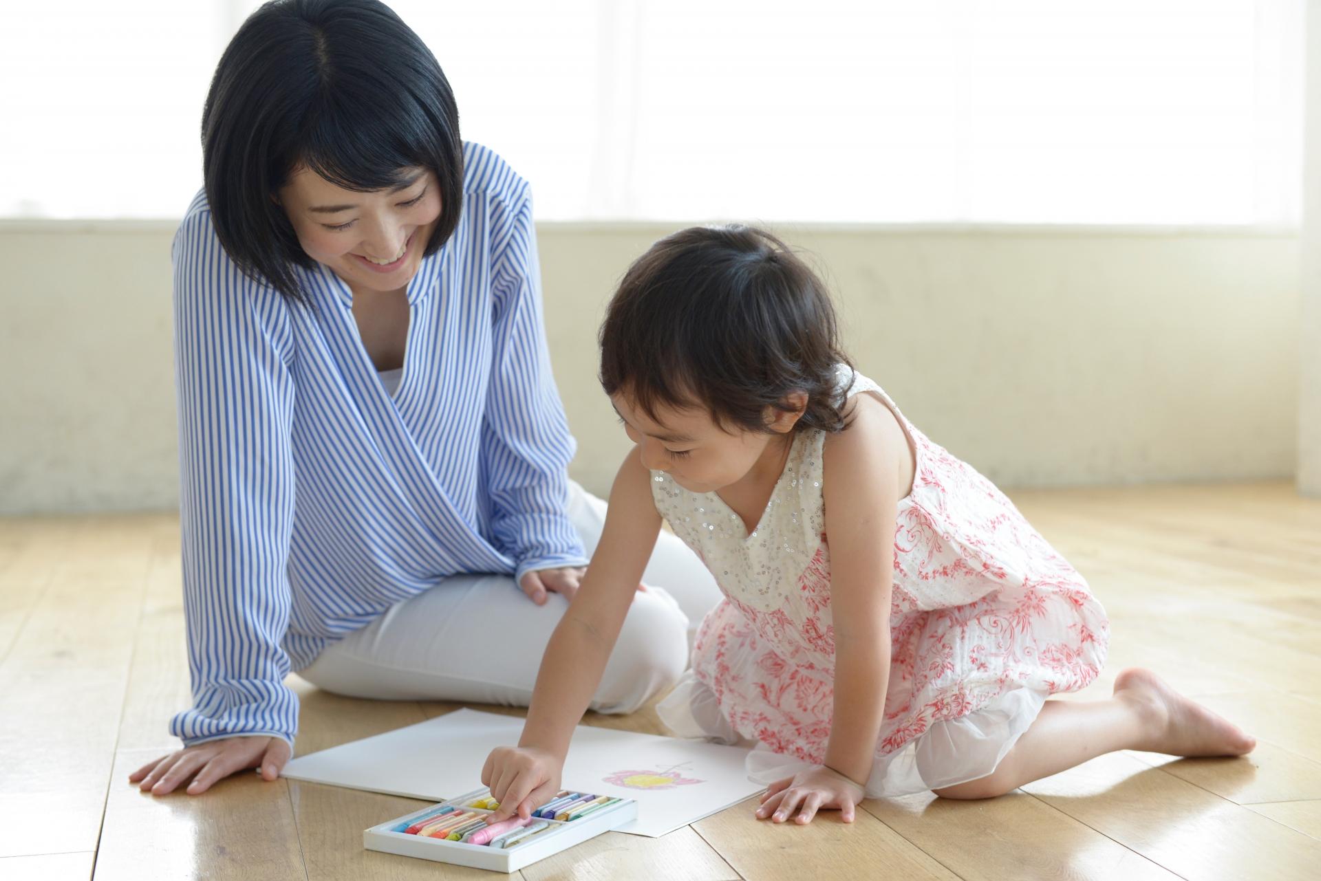 子どもと遊ぶ母親