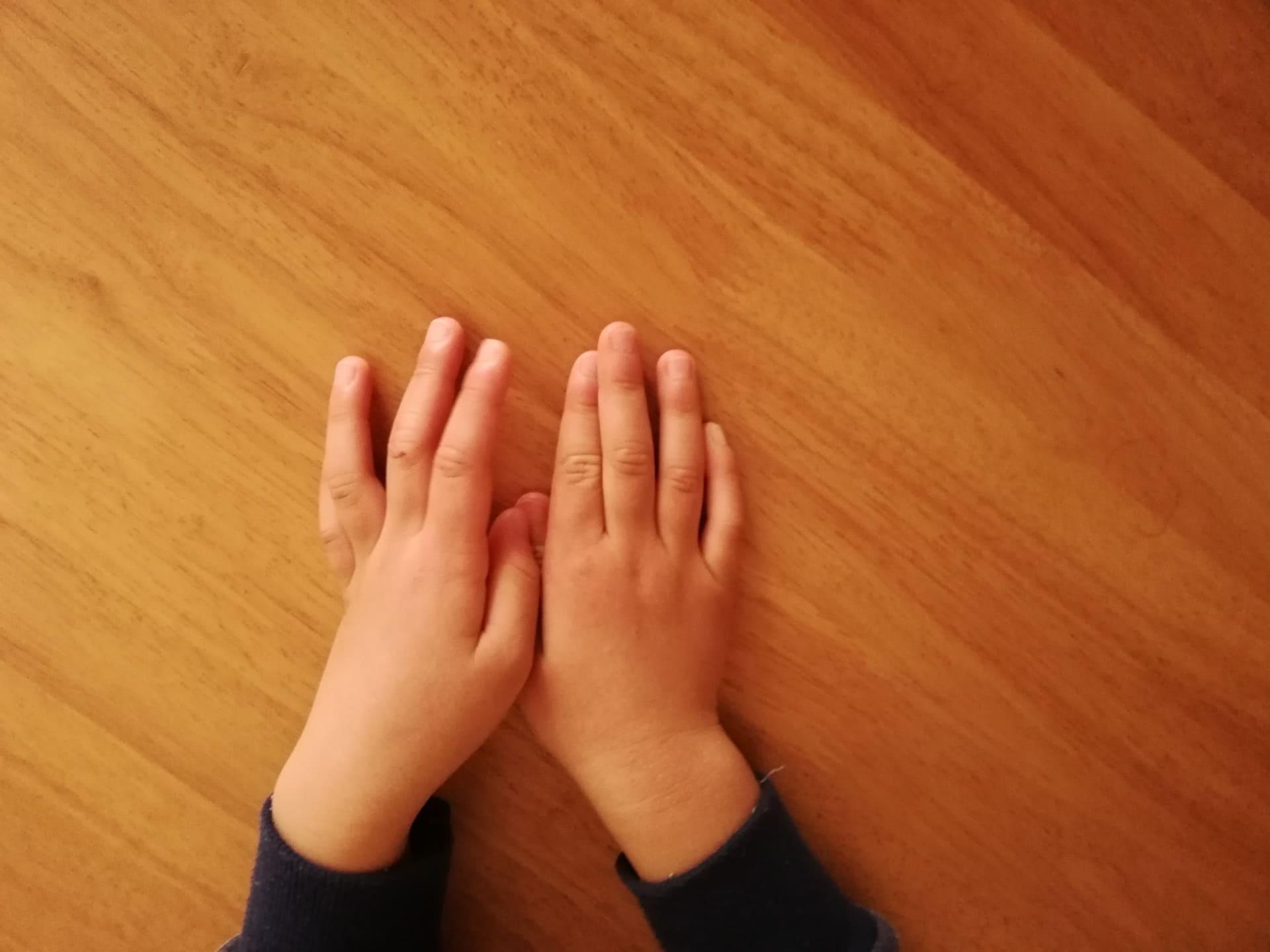 子どもの両手