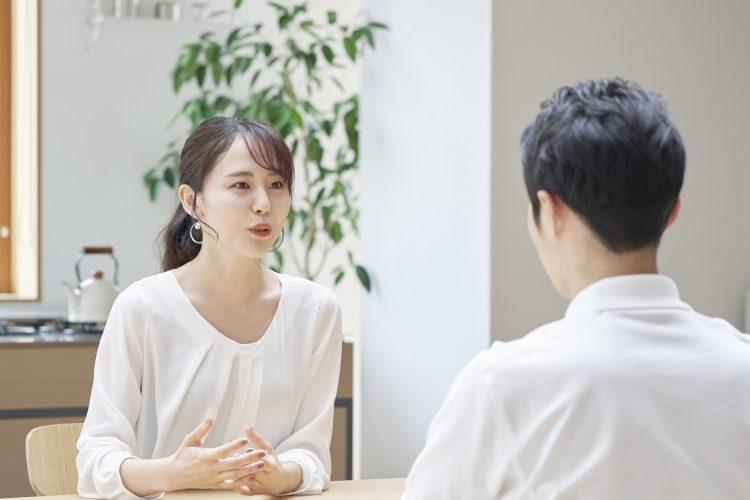 男性と話し合う女性