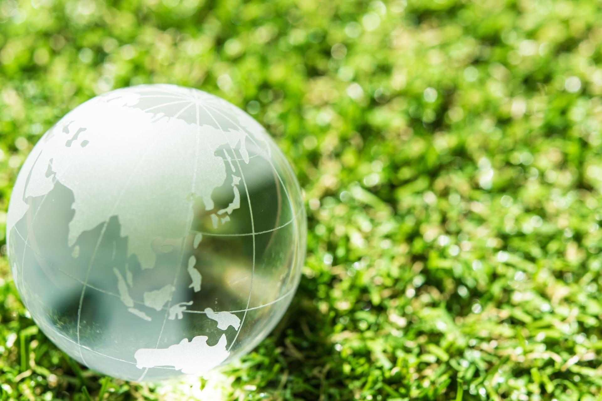 芝生のうえのガラスの地球