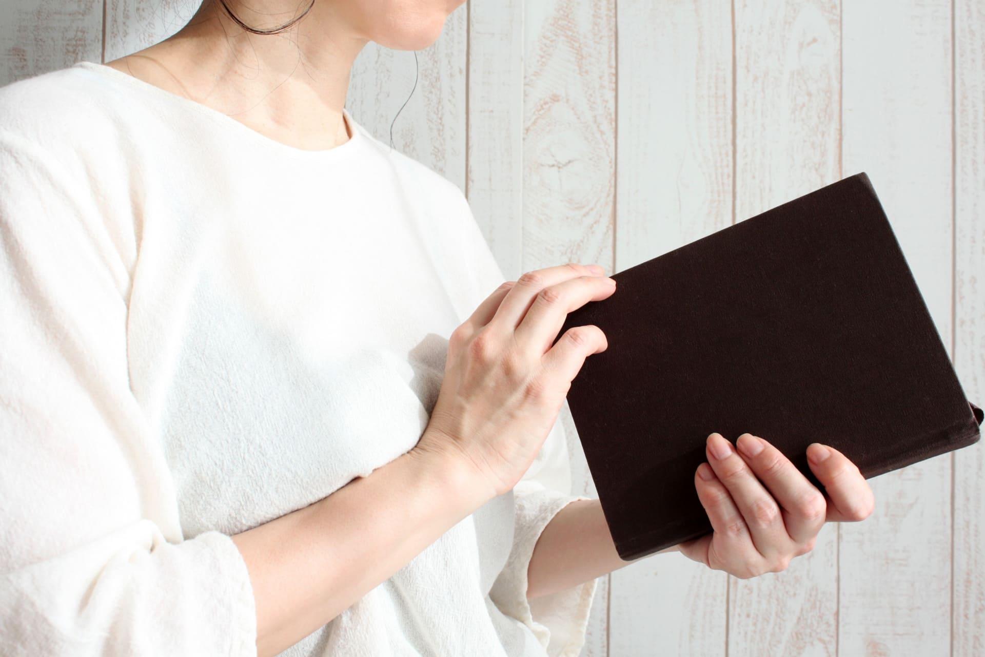 手帳を開く女性